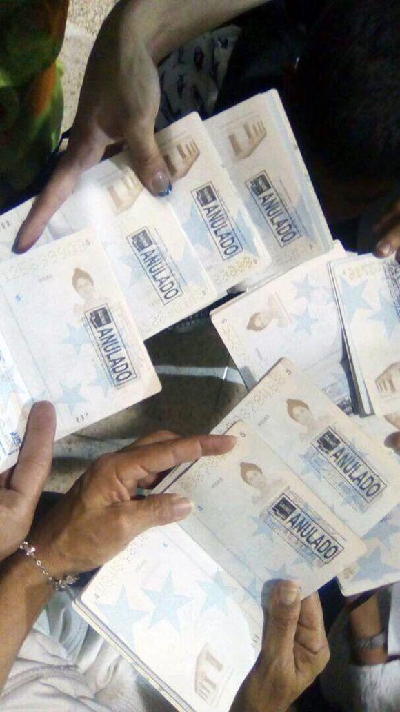 Pasaportes cancelados de los niños que pretendían sacar de Venezuela y que viajaran solos a Perú, asunto que recordó a la Operación Peter Pan en Cuba. Foto: @Beadrián/ Twitter.