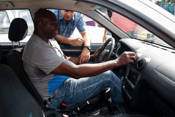 Pedro Luis Lazo prueba su nuevo auto. Foto: Calixto N. Llanes/Periódico JIT.