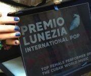 Premio Lunezia Mundo Latino, entregado a Mónica Marziota Valdés. Foto: Beatriz Albert Pino/Cubadebate