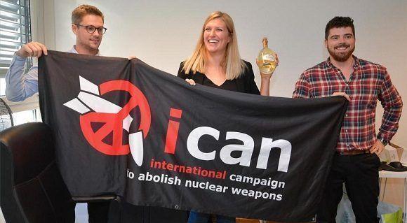 El coordinador del grupo, Daniel Hogstan, la directora de la campaña, Beatrice Fihn, y su marido, Will Fihn Ramsay. Foto: AFP.