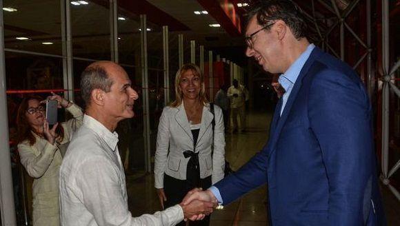 Aleksandar Vucic (D), presidente de la República de Serbia, es recibido por Rogelio Sierra Díaz (I), Viceministro cubano de Relaciones Exteriores, a su arribo al Aeropuerto Internacional José Martí, en La Habana, Cuba, el 13 de diciembre de 2017.  ACN FOTO/Marcelino VÁZQUEZ HERNÁNDEZ/ogm