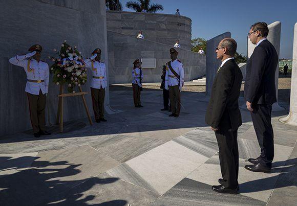 El presidente serbio rindió honores a Martí. Foto: Irene Pérez/ Cubadebate.