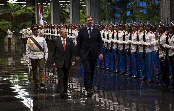 El General de Ejército Raúl Castro Ruz recibió al mandatario serbio Aleksandar Vučić. Foto: Irene Pérez/ Cubadebate.
