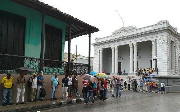 El pueblo santiaguero espera frente la Asamblea Provincial del Poder Popular para saludar al presidente Raúl Castro Ruz. Foto: Miguel Noa Menéndez/Facebook