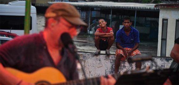 Niños disfrutan de las canciones de Silvio Rodríguez en uno de sus numerosos conciertos en los barrios. Foto: Tomado de la página de SGAE.