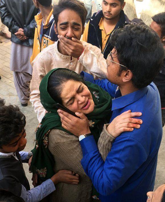 Familiares de las víctimas reaccionan después del atentado. Foto: EFE.