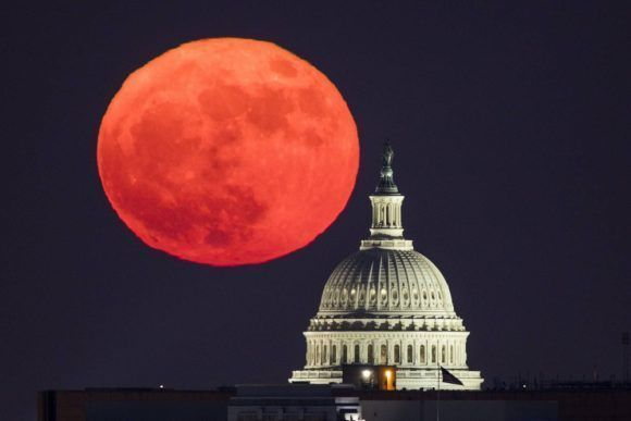 La Superluna vista junto al Capitolio en Washington. Foto: Jim Lo Scalzo /EFE