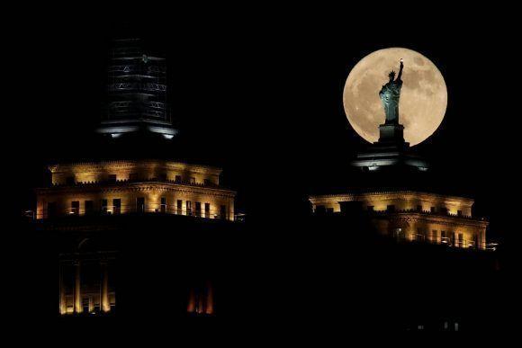 La Superluna vista frente a la réplica de la Estatua de la Libertas en la ciudad de Búfalo, en el Estado de Nueva York. Foto: Julio Cortez /AP