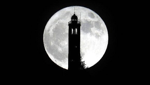 La Superluna vista desde el faro de San Maurizio en Brunate (Italia). Foto: T Matteo Bazzi /EFE