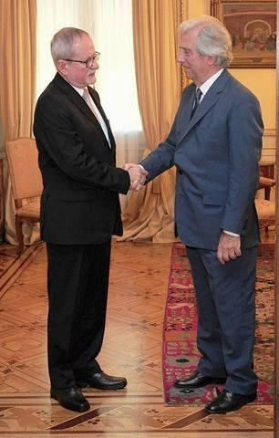 El presidente de Uruguay, Tabaré Vázquez, recibió al embajador cubano. Foto: Embajada de Cuba en Uruguay.