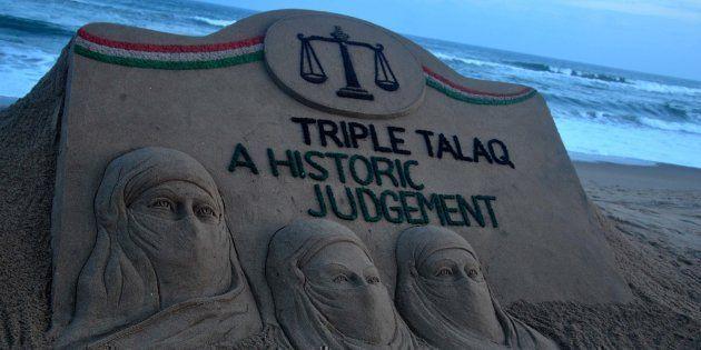 Una escultura de arena en la Bahía de Bengala, creada por el artista indio Sudarshan Patnaik intenta llamar la atención del público sobre la decisión de la Corte Suprema sobre la comunidad musulmana. Foto: Nurphoto/Getty Images