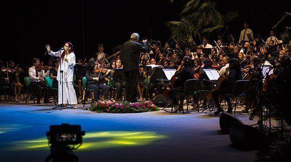La cantante María Isabel Prado interpretó El gran día de enero. Foto: Irene Pérez/ Cubadebate.