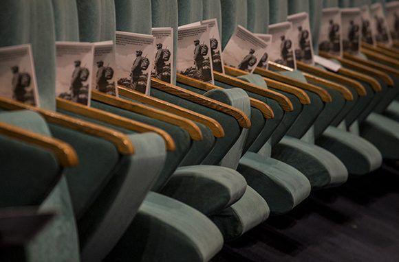 Programas de la velada descansan sobre las sillas del teatro Heredia. Foto: Irene Pérez/ Cubadebate.
