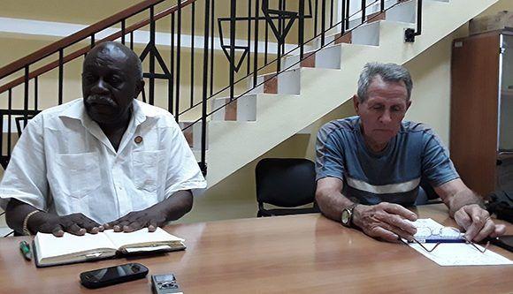 Cubadebate conversa con los fundadores de la Asociación de Combatientes, Víctor Dreke (izq.) y Orestes Román. Foto: Cubadebate.