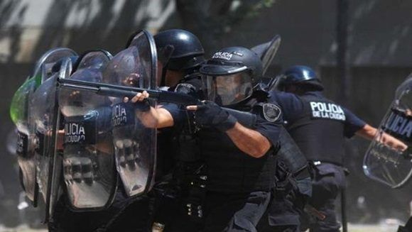 Agentes de seguridad no dudaron en usar su armamento contra el pueblo. | Foto: Reuters