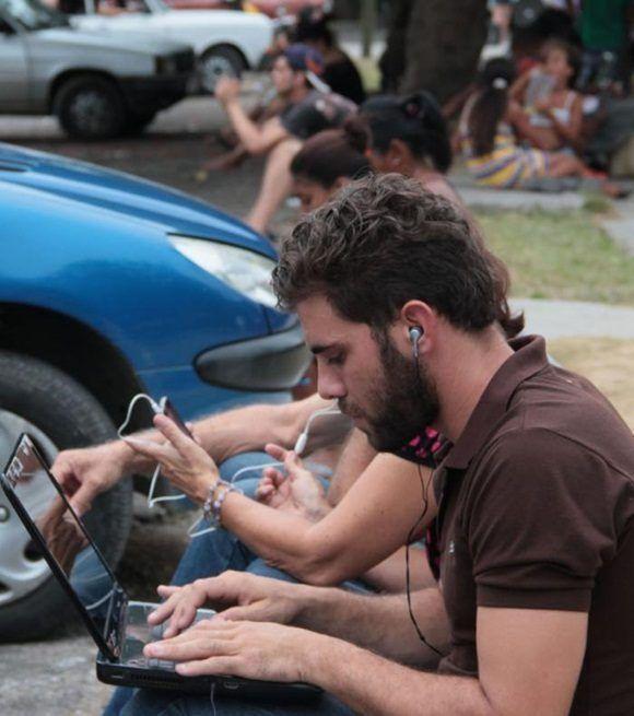 Sobre las ilegalidades en las zonas wifi, lo preocupante, más allá de las cifras es que, en primera instancia, es el bolsillo de los usuarios el afectado. Foto: Yaimí Ravelo