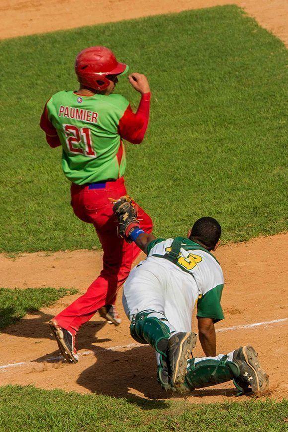 Paumier anota carrera para Las Tunas y mientras Peña no alcanza a tocarlo.  Foto: Rafael Hernández/ ACN.