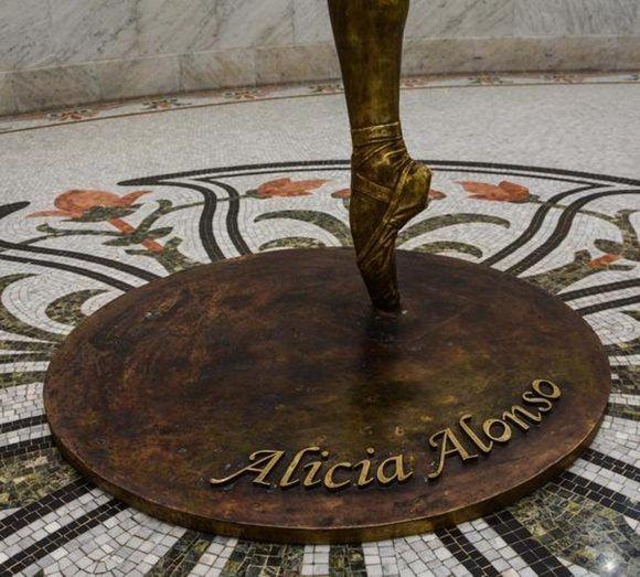 Detalle de la escultura de La Prima Ballerina Assoluta Alicia Alonso, del artista de la plastica José Villa Soberón, en el Gran Teatro de La Habana Alicia Alonso, en La Habana, el 1 de enero de 2018. ACN FOTO/Marcelino VAZQUEZ HERNANDEZ