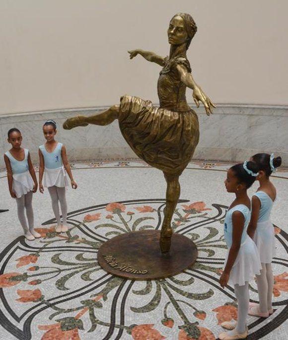 Escultura de La Prima Ballerina Assoluta Alicia Alonso, del artista de la plastica José Villa Soberón, en el Gran Teatro de La Habana Alicia Alonso, en La Habana, el 1 de enero de 2018. ACN FOTO/Marcelino VAZQUEZ HERNANDEZ
