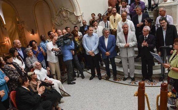 Con la presencia de Miguel Díaz-Canel Bermúdez (CD), miembro del Buró Político del Comité Central del Partido Comunista de Cuba y Primer Vicepresidente de los Consejos de Estado y de Ministros de Cuba, durante la a develación de la escultura de la Prima Ballerina Assoluta. Foto: ACN FOTO/Marcelino VAZQUEZ HERNANDEZ