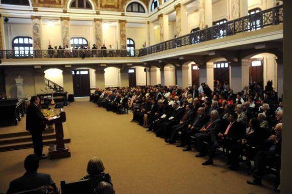 El Dr. Gustavo Cobreiro, rector de la Universidad de La Habana, interviene en el acto central de conmemoración por el Aniversario 290 de la Casa de Altos Estudios, efectuado en el Aula Magna, el 5 de enero de 2018. Foto: Omara García Mederos /ACN