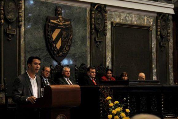 Raúl Alejandro Palmero Fernández, presidente de la Federación Estudiantil Universitaria (FEU), interviene en el acto central de conmemoración por el Aniversario 290 de la Universidad de La Habana, efectuado en el Aula Magna, el 5 de enero de 2018. Foto: Omara García Mederos /ACN