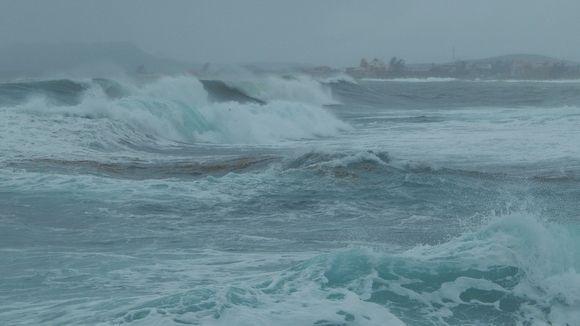 Fuertes vientos y olas de tres metros en localidad del oriente cubano (+ Fotos)