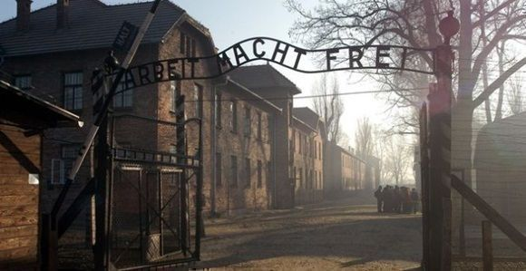 Imagen de archivo de la entrada del campo de exterminio nazi de Auschwitz. EFE