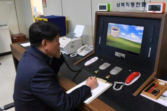 Oficial surcoreano conversa con homólogo de Corea del Norte. Foto: Reuters.