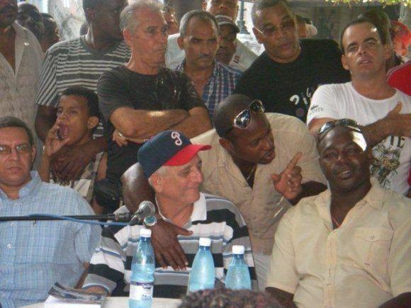 """Tabares y Lazo, junto al autor, durante la presentación de """"El Rascacielos de Cuba"""" en el Parque Central de La Habana. Detrás Víctor Mesa."""
