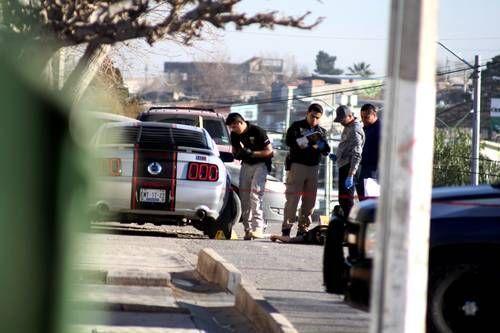 Policías ministeriales realizan las indagatorias sobre un hombre ejecutado ayer en la colonia Las Aztecas, en Ciudad Juárez, Chihuahua. Foto: Cuartoscuro.