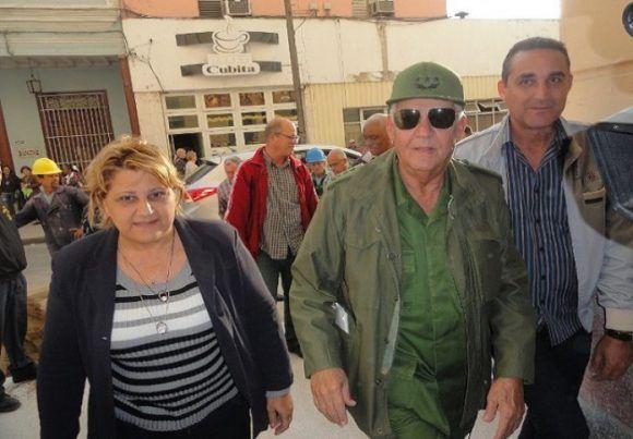 La consecución de las obras del Hotel San Carlos fueron evaluadas por Quintas Solá, acompañado por las máximas autoridades políticas y del Gobierno en Cienfuegos. Foto: Magalys Chaviano.