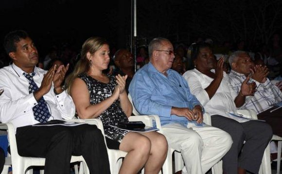 Lázaro Expósito (C), secretario del Partido en la provincia Santiago de Cuba, presidió la tradicional Fiesta de la Bandera. Foto: Miguel RUBIERA JÚSTIZ/ ACN.
