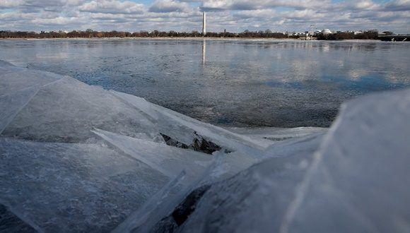 El Monumento a Washington se ve a lo lejos, reflejado en el río Potomac congelado, el lunes primero de enero. Foto Ap.