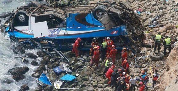 Bomberos y policías, durante las labores de rescate del autobús siniestrado al norte de Lima. EFE