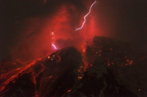 El volcán Sinabung entra en erupción en Indonesia el 14 de octubre de 2017. Foto: Getty Omages.