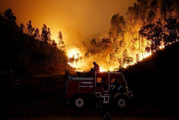 Los bomberos trabajan para apagar un incendio forestal cerca de Bouca, una ciudad al centro de Portugal, el 18 de junio de 2017. Foto: Reuters.