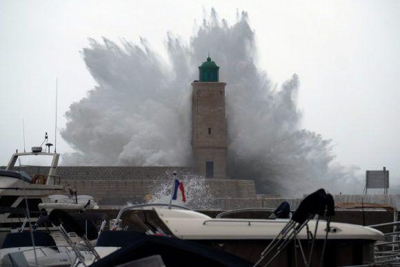 Una ola rompe contra un muelle y un faro mientras la tormenta tropical Ana llega a Cassis (Francia) el 11 de diciembre de 2017. Foto: Getty Images.