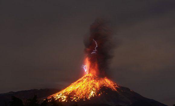 Vista de Colima (México), desde donde se observa la erupción del volcán el 19 de enero de 2017. Foto: AFP.