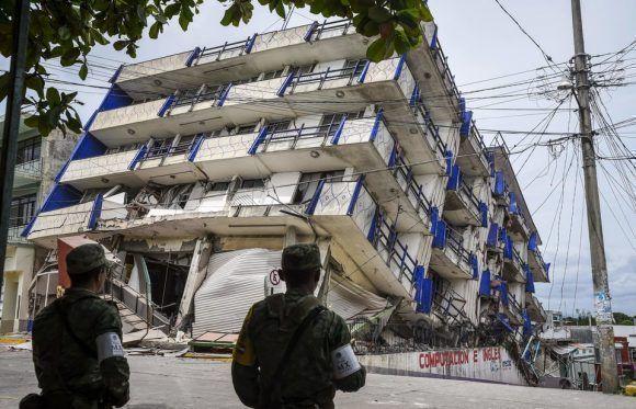 Los soldados hacen guardia cerca del Hotel Sensaciones, que colapsó tras un fuerte terremoto el 8 de septiembre de 2017 en México. Foto: Getty Images.