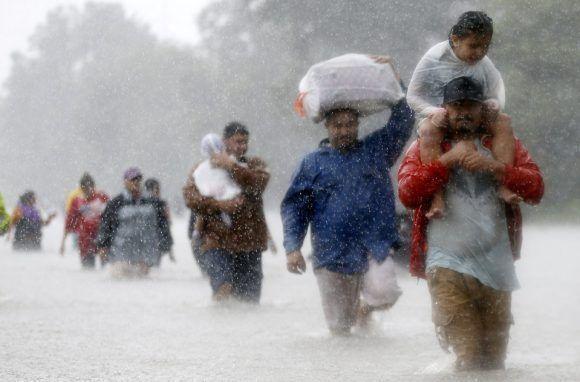 Unos ciudadanos caminan por las calles inundadas tras el huracán Harvey en Houston (Texas, EE UU) el 28 de agosto de 2017. Foto: Reunters.