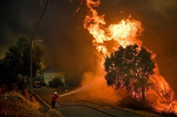 Un bombero se enfrenta a un incendio forestal cerca del pueblo de Pucarica en Portugal el 10 de agosto de 2017. Foto: Getty Images.
