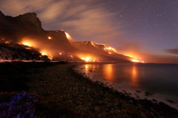 Los incendios forestales asolan el área de los Doce Apóstoles en la montaña de la Mesa en Ciudad del Cabo (Sudáfrica). Foto: Reuters.