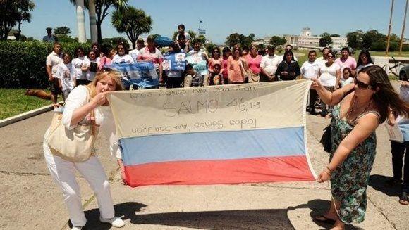 Familiares de los 44 desaparecidos del ARA San Juan, portando una bandera de Rusia, frente a la base naval argentina en Mar del Plata. | Foto: Fabián Gastiarena