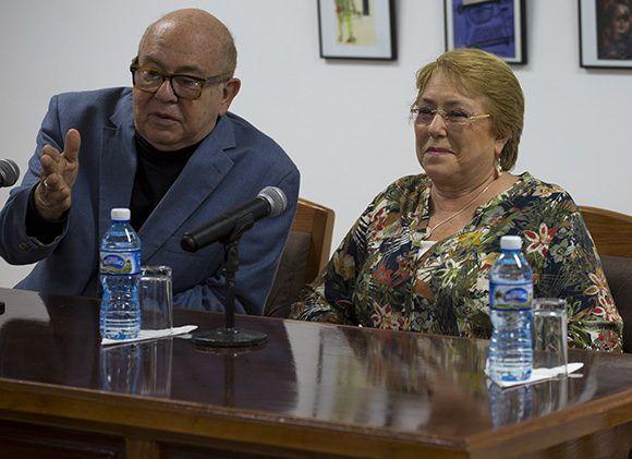 Miguel Barnet, vicepresidente primero de la UNEAC y Michelle Bachelet, presidenta de Chile. Foto: Irene Pérez/ Cubadebate.
