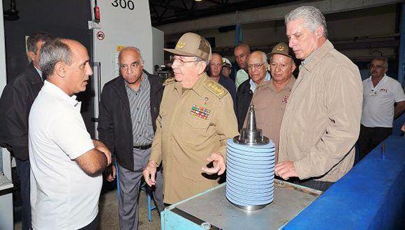"""Raúl Castro visitó la Empresa Militar Industrial de Camagüey """"Mayor General Ignacio Agramonte"""". Foto: Estudios Revolución."""