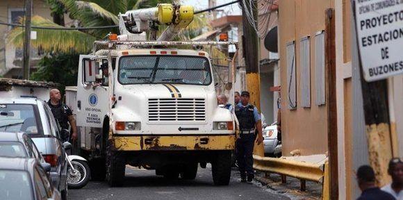 Con trabajadores voluntarios y retirados de la Autoridad de Energía Eléctrica, el municipio ha restablecido parte del servicio de energía eléctrica. (Archivo / GFR Media)