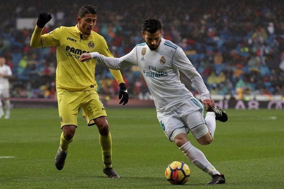El defensa del Real Madrid Nacho Fernández pelea un balón con el  centrocampista del Villarreal Pablo Fornals. Foto  AFP 2323042bbc04a