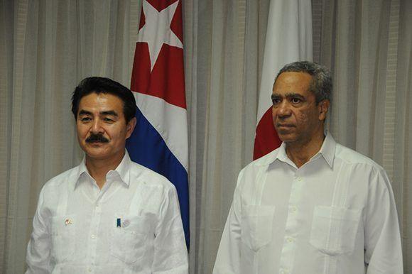 El ministro de Estado para Asuntos Exteriores de Japón, Masahisa Sato; y el viceministro primero del Comercio Exterior y la Inversión Extranjera en Cuba, Antonio Luis Carricarte. Foto: PL.
