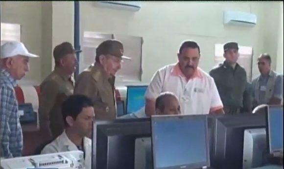 Recorre Raúl Castro varias empresas industriales militares en La Habana